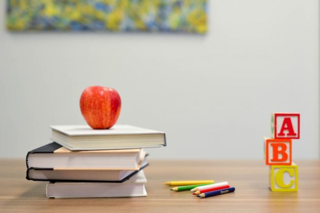 Tisch mit Büchern und Stiften