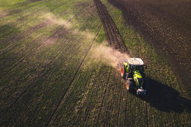 Traktor fährt über ein Feld