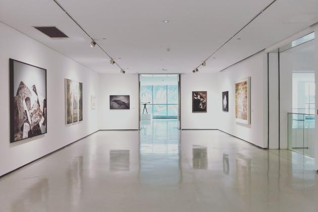 Ausstellung mit Kunst an den Wänden